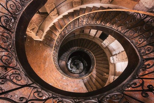 Завораживающий дизайн старинных лестниц