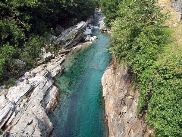 Кристально-чистая горная река Верзаска (Verzasca), Швейцария. Кристально-чистая горная река 2