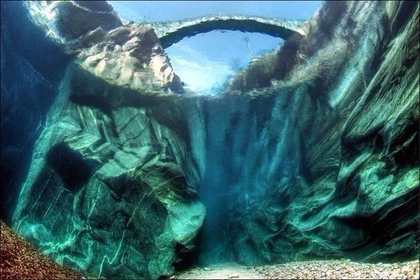 Кристально-чистая горная река Верзаска (Verzasca), Швейцария. Кристально-чистая горная река 7