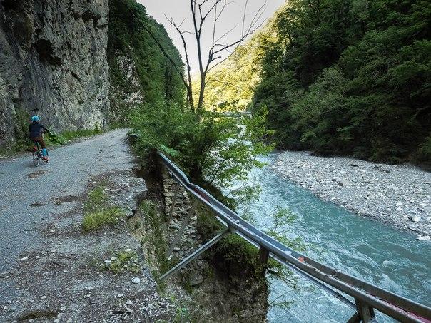 Смертельно опасная и ужасно красивая заброшенная дорога в Сочи. Смертельно опасная и ужасно 9